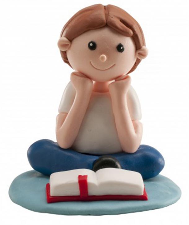 Niño comunión leyendo Biblia clay